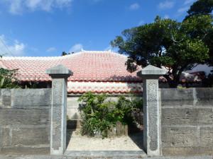 赤瓦屋根と石垣の屋敷