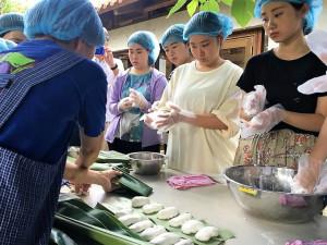 伝統菓子のムーチー作り体験の様子